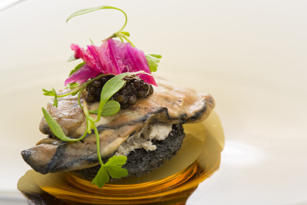 軽く燻製にした牡蠣のクロスティーニ